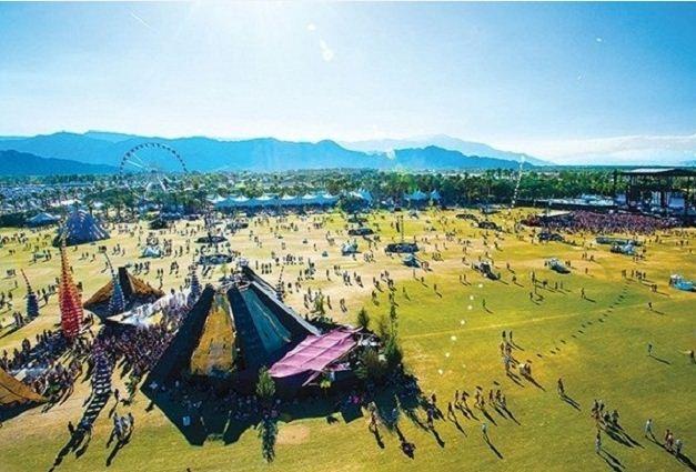 Sân khấu ngoài trời được bao quanh bởi đồi núi thơ mộng